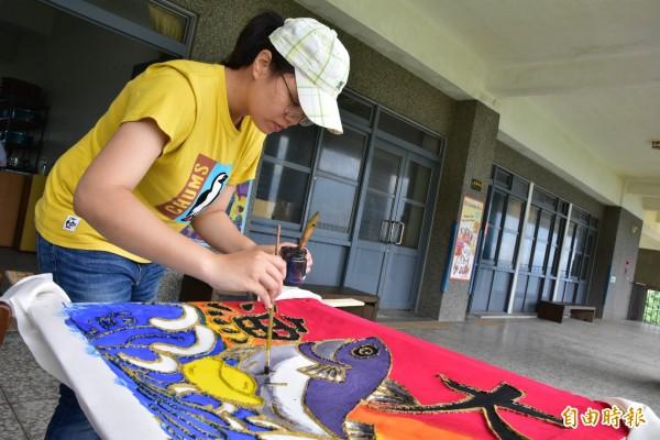中山大學社會系師生今到南方澳南安國小學習大漁旗製作,盼傳承台灣漁業特色傳統。(記者張議晨攝)