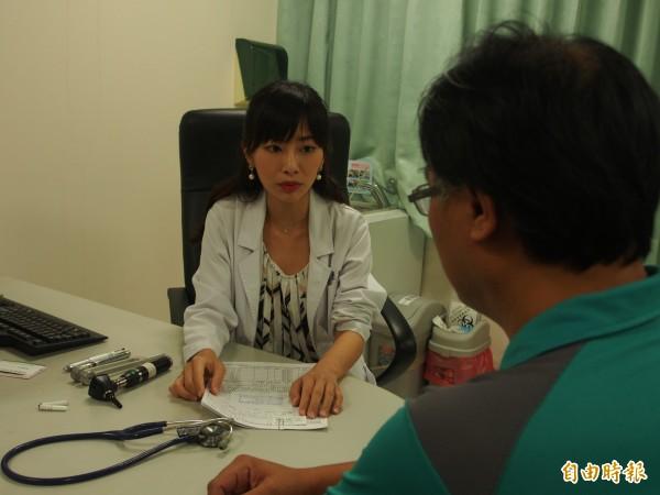 被病患稱為美女醫師的戒菸門診醫師蔡孟璇也在第二波夜間門診之列。(記者王秀亭攝)