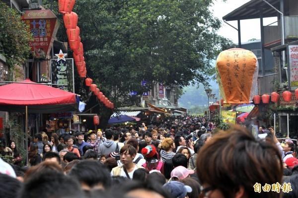 網友嘆台灣明明能發展出很厲害的觀光景點,「結果被弄得超廉價」。圖為新北市平溪十分老街。(資料照,記者陳志曲攝)