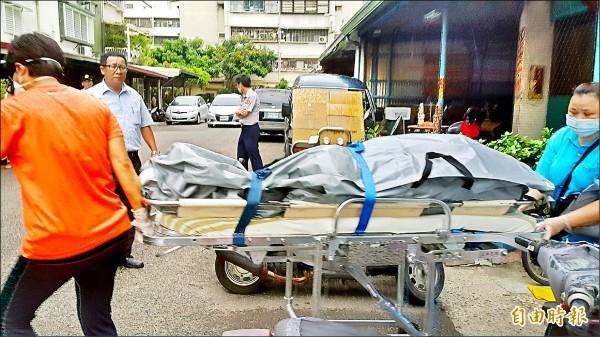 母子遺體運上救護車。(記者陳文嬋攝)