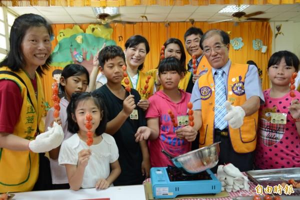 雲林家扶中心今帶領學童製作糖葫蘆,感受昔日長輩童年樂趣。(記者陳燦坤攝)