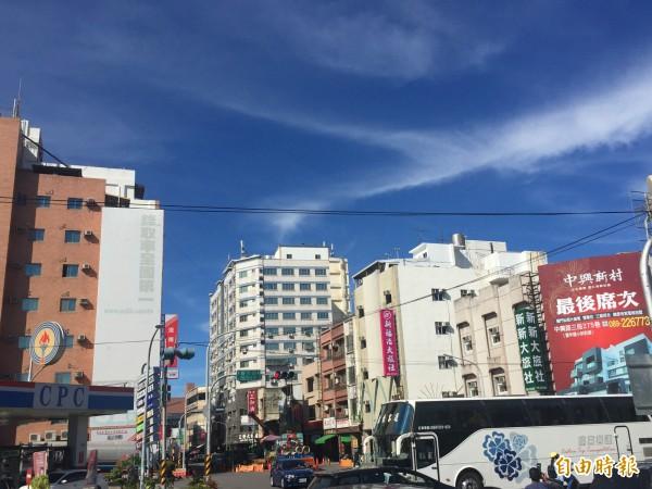 台東縣政府啟動天空計劃,將空中纜線下地。(記者張存薇攝)