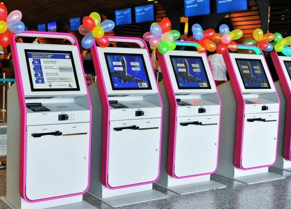國泰及港龍航空在桃機第一航廈3號劃位區域設有10台自助報到機(Kiosk) 列印登機證及行李標籤。(國泰航空提供)