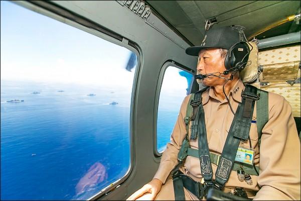 中國遼寧號日前航經台灣海峽南下,同一時間,軍方也在澎湖海域進行海空聯合操演,參謀總長李喜明並搭乘空軍S-70C直升機視導海空軍聯合操演實況。(國防部提供)