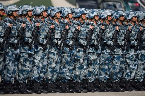 印度為了防止中國持續擴張,已經增派3千名軍隊進駐西藏洞朗地區,中國方面甚至也派出坦克部隊在當地進行開砲測試。(法新社)