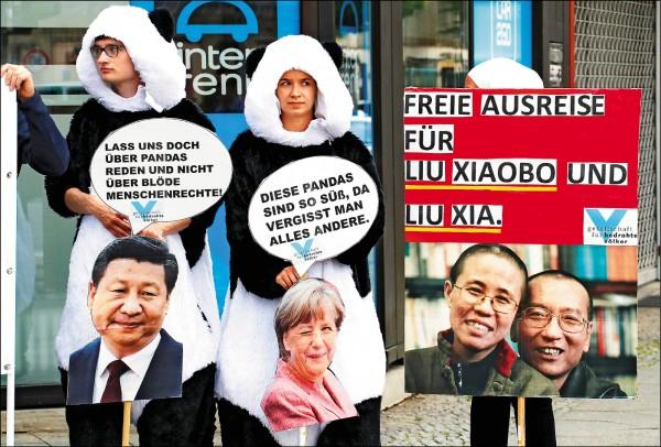 旅居美國的中國異議人士魏京生、獨立中文筆會、全球支援中國和亞洲民主化論壇、藏人組織和數個德國民間組織,五日在柏林動物園前抗議,要求釋放劉曉波。柏林動物園上月才從中國迎來兩隻貓熊「夢夢」和「嬌慶」。(路透)