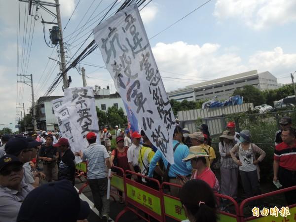 工研院今天舉行44週年院慶,由副總統陳建仁出席;反年金改革的軍公教團體今早有上百人到場,舉白布條吶喊抗議。 (記者廖雪茹攝)