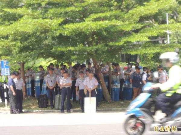 為維持現場秩序,新竹縣警察局出動逾半警力到場,加上外單位支援,嚴陣以待。(記者廖雪茹攝)
