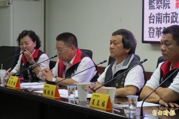 市議員陳朝來(右二)等人召開記者會,質疑兩年前的登革熱疫情迄今並無任人受到懲處。(記者蔡文居攝)
