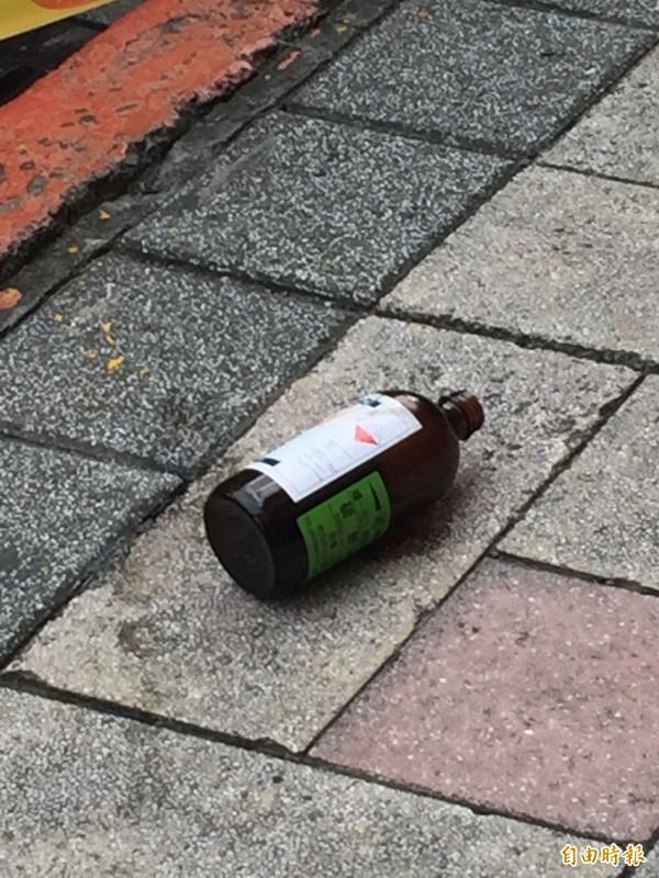 廖嫌行凶的硫酸空瓶。(記者陳恩惠攝)