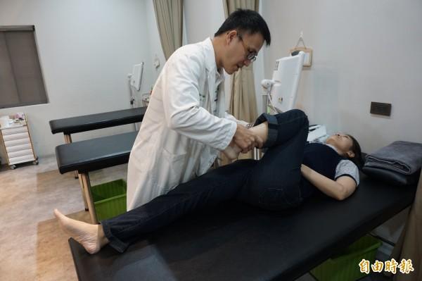 跑步會用到腰椎、大骨、膝蓋到腳,中醫師劉學融以傷科手法由上往下正骨鬆筋。(記者蔡淑媛攝)