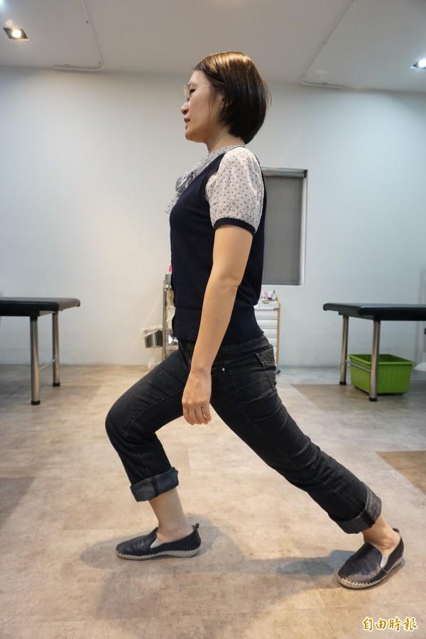 預防改善足底筋膜炎可做前弓後箭步,改善痠痛,舒緩筋膜。(記者蔡淑媛攝)