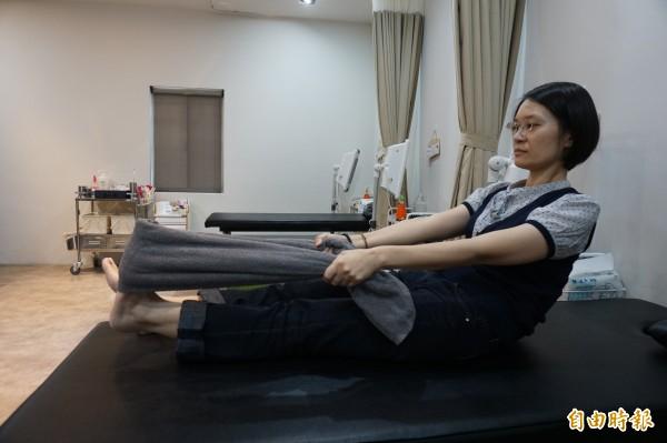 預防改善足底筋膜炎可做毛巾操,可伸展筋骨,舒緩腳底和小腿痠痛。(記者蔡淑媛攝)