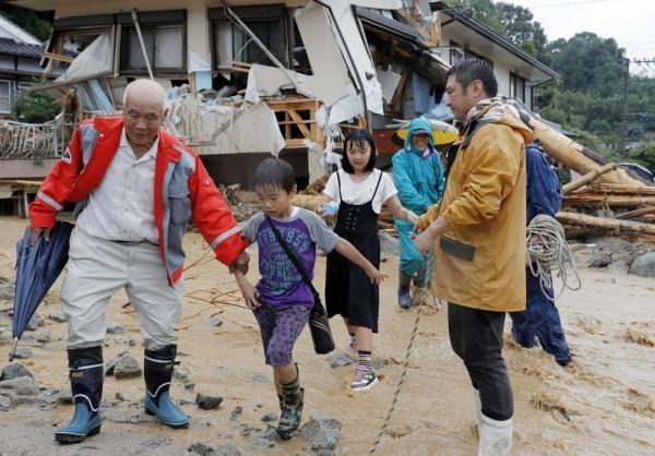 九州地區昨日下起驚人暴雨,據觀光局統計,目前當地有94個台灣旅遊團,共計2670人,其中康福旅行社因溪水暴漲,該團29人昨晚受困遊覽車上,目前已脫困。(美聯社)