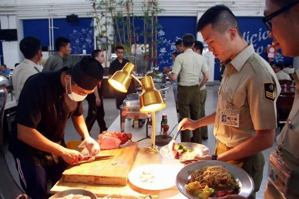 憲兵204指揮部採歐式自助供餐。(圖片取自「憲兵指揮部發言人」臉書)