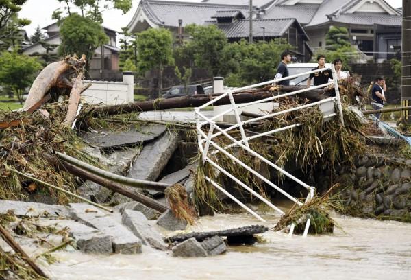 超大豪雨重創日本九州,多處災情慘重。(美聯社)