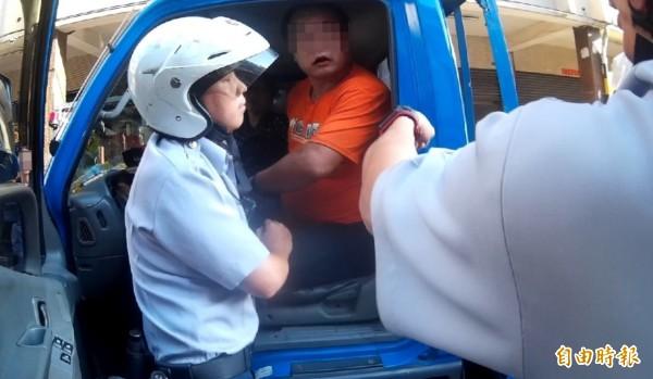 重達百公斤的廖男拒絕攔查,在車上與警方對峙。(記者許國楨翻攝)