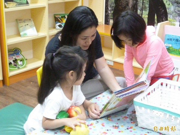台中市立圖書館邀請民眾,藉由蒐集圖章戳印,走讀參觀各圖書分館的館藏特色、深入閱讀。(記者蔡淑媛攝)