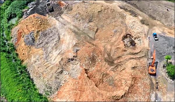 盜採砂石集團於神岡偏鄉挖掘,面積寬廣。(記者張軒哲翻攝)