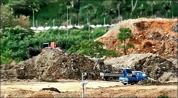 盜採砂石集團挖出土石堆積如山。(記者張軒哲翻攝)