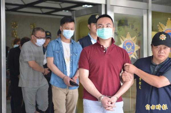 警方查獲跨國網路應召集團主嫌陳清隆及成員共6人。(記者劉慶侯攝)