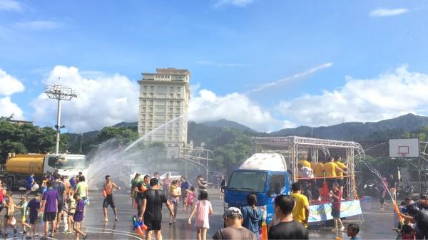 蘇澳潑水狂歡節今天下午開幕,上演封街潑水大戰。(記者江志雄翻攝)