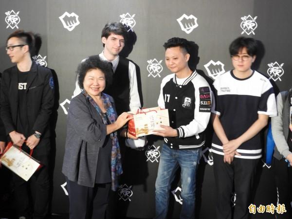 花媽贈送旗鼓餅,給參加《英雄聯盟》亞洲對抗賽的選手。(記者葛祐豪攝)