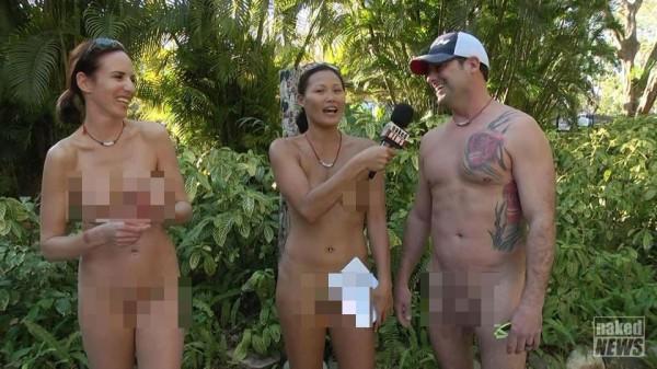 加拿大某家電視台記者貝依(Carli Bei,中),在牙買加天體雜交營採訪時也全身脫光光。(圖擷自《太陽報》)
