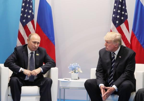 專家分析,美國總統川普在肢體語言上的表現,比起俄羅斯總統普廷自然許多。(歐新社)