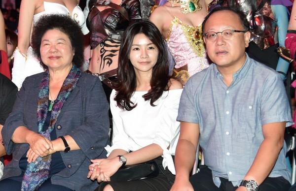 徐培菁(中)坐在花媽(左)與高雄市副市長史哲(右)中間,讓人眼睛一亮。(記者張忠義攝)