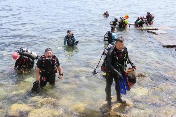 34位潛水志工背起氧氣瓶下海,到海底撿拾垃圾。(圖由陳信助提供)