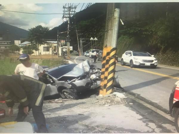南投縣埔里鎮台14線埔霧公路下午3時許發生自小客車自撞電線桿事故,釀成5人輕重傷。(記者佟振國翻攝)
