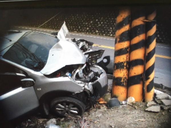 駕駛疑似精神不濟恍神,未減速下即撞上電線桿,車頭嚴重毀損。(記者佟振國翻攝)
