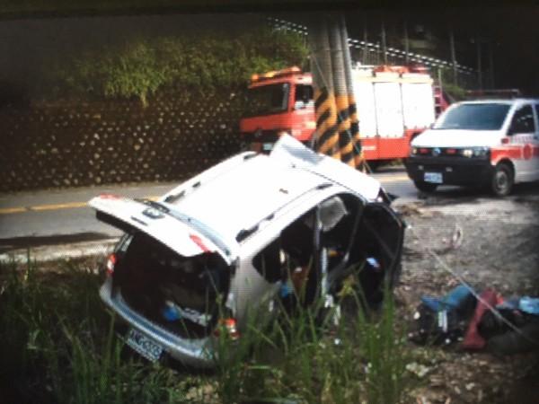 強大撞擊力道導致車輛差點掉下邊坡翻覆。(記者佟振國翻攝)