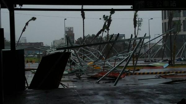 去年尼伯特過境掀起17級強風,台鐵台東站3貨車車廂被吹翻,站外圍籬也被吹倒。(資料照,台鐵提供)