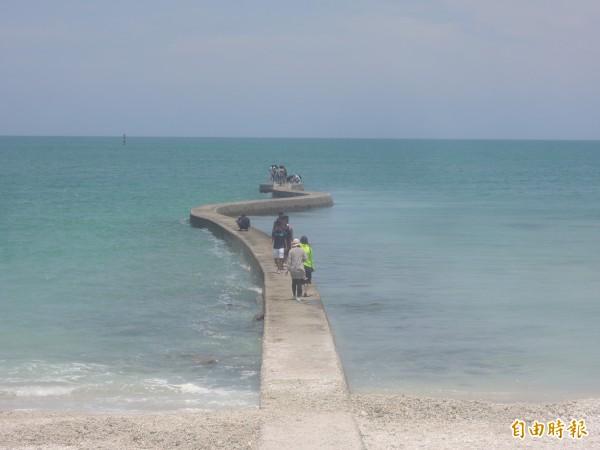 後寮防波堤因延伸入海,被民眾稱為天堂路。(記者劉禹慶攝)