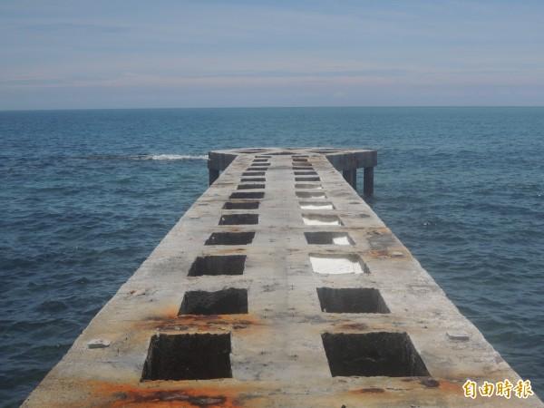 八卦道堤防是鏤空,容易造成危險。(記者劉禹慶攝)