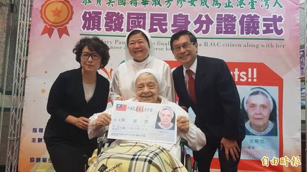 華淑芳修女拿到身分證,開心地用台語說:「我是正港ㄟ台灣人,也是正港ㄟ嘉義人」(記者丁偉杰攝)