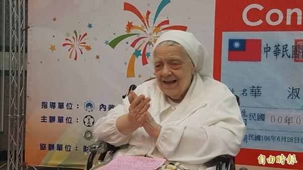 華淑芳修女開心地與眾人合唱她最喜歡的歌曲「高山青」。(記者丁偉杰攝)