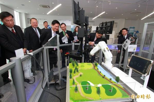 林佳龍參訪日本安川電機機器人中心,安川電機將在台中設台灣技術服務中心。(記者黃鐘山攝)