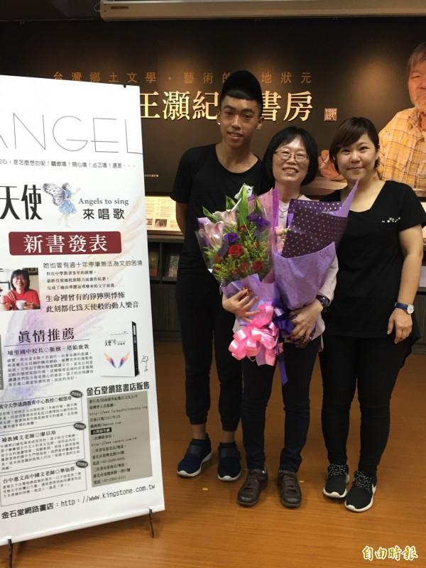 埔里國中國文老師邵鳳蘭(中)新書《天使來唱歌》正式發表。(記者佟振國攝)