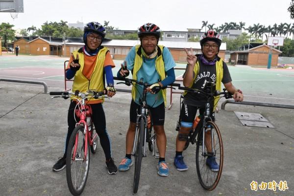 3位東明國中畢業生歐軒佑(左起)、李泳棟、李上玄騎單車環島「看見台灣」,雖曬得變黑仍直呼開心好玩。(記者黃淑莉攝)