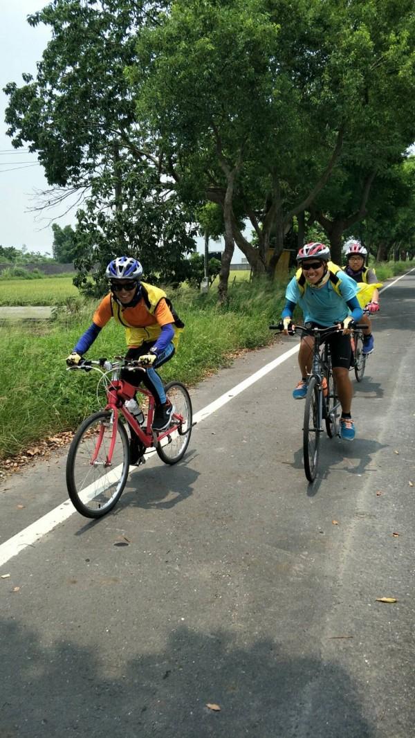 3位東明國中畢業生歐軒佑(左起)、李泳棟、李上玄騎單車環島「看見台灣」。(歐軒佑提供)