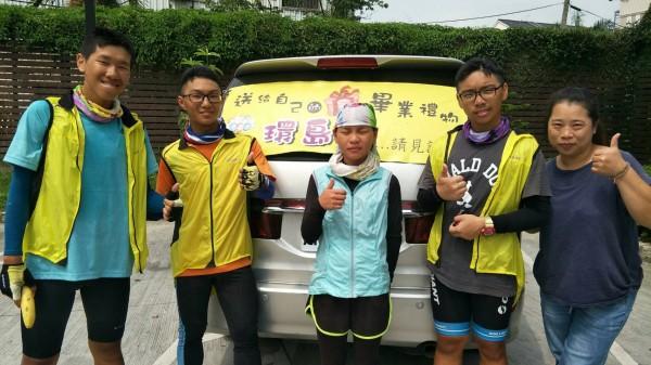3位東明國中畢業生歐軒佑、李泳棟、李上玄騎單車環島「看見台灣」,沿途還有熱心阿姨攔下他們拿錢要贊助他們,他們婉拒後與她合影。(歐軒佑提供)