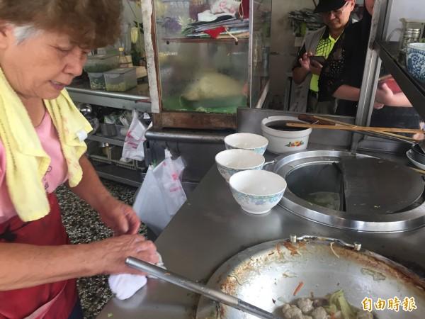 潭子區「阿婆肉焿」店的老闆「阿婆」。(記者歐素美攝)