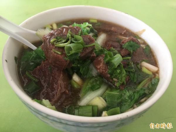 潭子區「阿婆肉焿」店裡的牛肉麵,一樣料好實在。(記者歐素美攝)