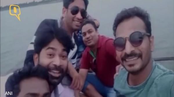 小船翻覆前,一群印度男孩們正在臉書上播放直播。(圖擷自YouTube)
