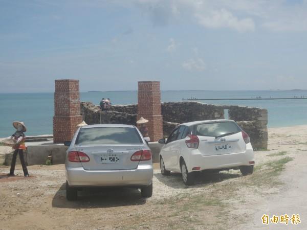 民眾及遊客貪圖方便,直接將車停在魚灶前。(記者劉禹慶攝)