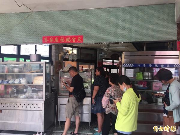 潭子區「阿婆肉焿」店,每到中午店門前即大排長龍。(記者歐素美攝)