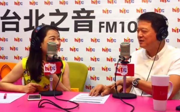 前台北縣長周錫瑋(右)接受電台節目專訪時表示,對於參選新北市長一事,他說這是可能會走的路。(圖截自周玉蔻臉書)